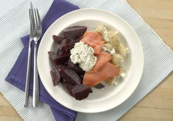 Aardappelsalade met bietjes, gerookte zalm & pittige cottage cheese