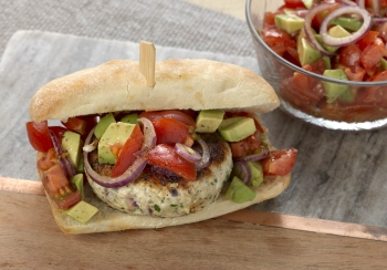 Broodje kipburger met tomaat & avocado salsa