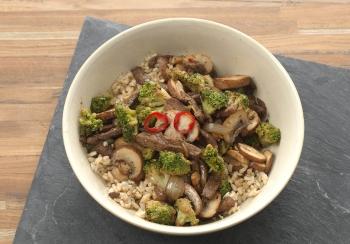 Chinese roerbak van runderreepjes, broccoli & champignons