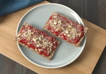 Crackers met aardbeienmousse & nootjes