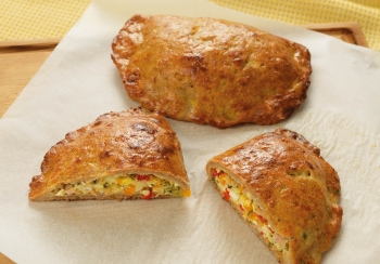 Empanada gevuld met hamreepjes & paprika