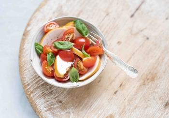 Plakjes gerookte kipfilet met cherry tomaatjes