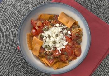 Verse ravioli met tomatensaus & kappertjes