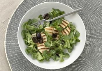 Salade met geroosterde halloumi & zwarte olijven