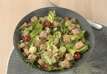Salade met noten, druiven & croutons