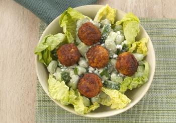 Salade met tuinbonen & falafel balletjes