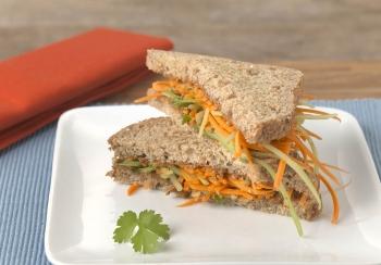 Sandwich met pindakaas & wortelsalade