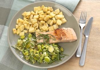 Zalm met prei, zeekraal & aardappelblokjes