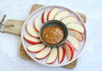 Partjes appel met pindakaas