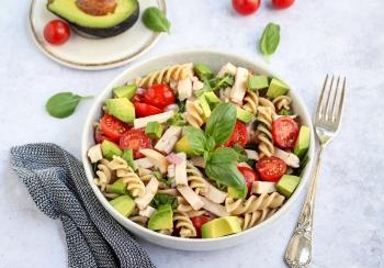 Pasta salade met kipreepjes & avocado