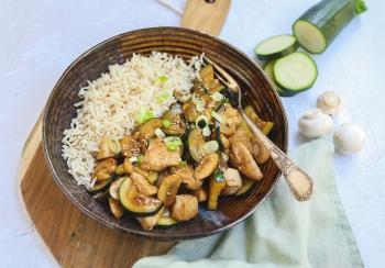 Kip roerbak met courgette & champignons
