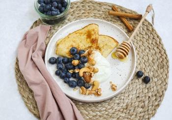 Zoete omelet met Griekse yoghurt & blauwe bessen