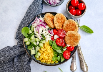 Falafel bowl met gele rijst & salade