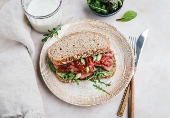 Sandwich met rosbief & pesto
